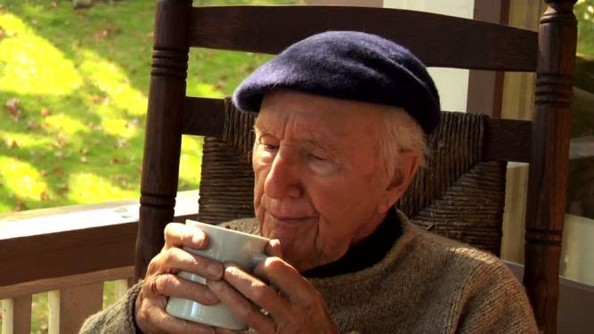 602792591-cidre-fauteuil-a-bascule-boissons-chaudes-70-80-ans